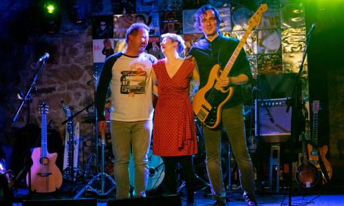 Písničkářka Lucie Redlová slaví 10 let na scéně s kapelou Garde
