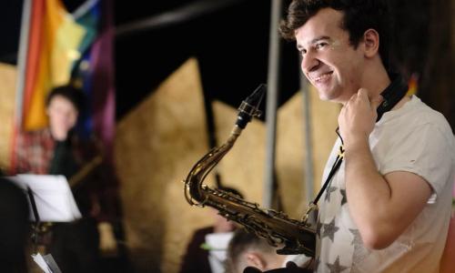 Excelentní saxofonista Tom Smith na Malé scéně za oponou