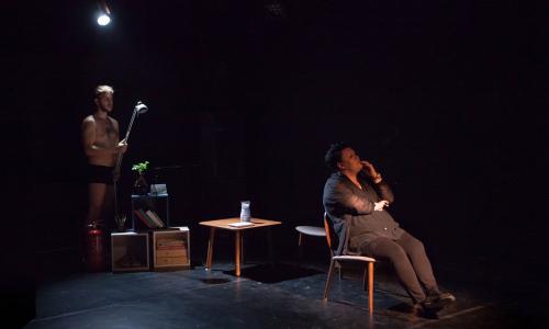 Inscenace Pomaly plynúce dni kombinuje komedii s dramatem